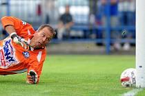 Kladenský gólman Roman Pavlík smutně sleduje míč mířící za jeho záda v utkání se Spartou.