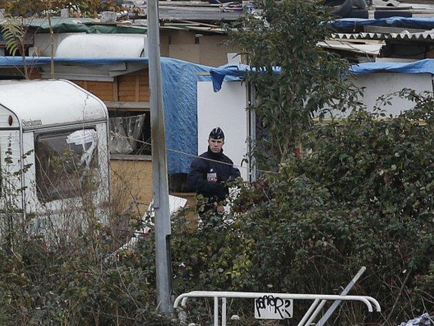 Francouzské úřady dnes nechaly srovnat se zemí jeden z největších romských táborů na předměstí Paříže a policie přinutila k evakuaci z místa 200 až 300 lidí.