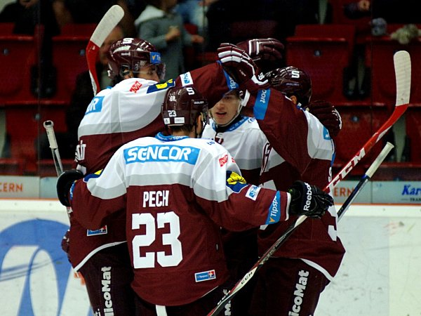Hokejisté Sparty se radují zgólu proti Karlovým Varům.