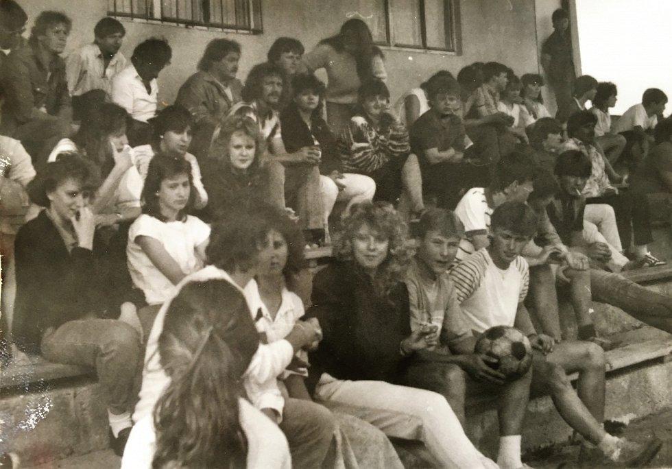 Archivní snímek z tribuny ve Skalné