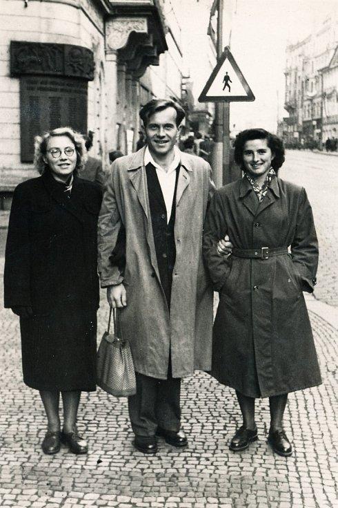 Irina Juřinová (vlevo) poprvé v Praze 16. listopadu 1954.