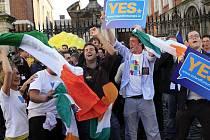 Irové podle tamní vlády Lisabonskou smlouvu drtivou většinou schválili. Teď se pozornost obrátí k Česku, předseda Evropské komise Barroso ale unii žádá, ať zdejší soudní proceduru respektuje.