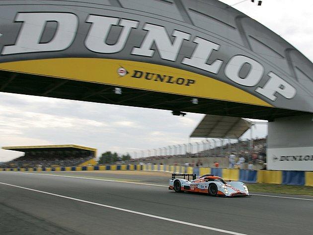 Lola Aston Martin posádky J. Charouz, Enge, Mücke při kvalifikaci na 24 hodin v Le Mans.