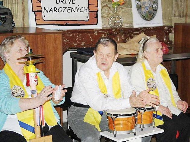 Svátek zamilovaných, tedy Valentýna, si uměli užít i senioři z Domova Na zámku v Lysé nad Labem na Nymbursku. V pondělí 14. února 2011 se pobavili tancem, soutěžemi a pořádnou dávkou lidovek od Šporkovjanky, která je složená z klientů domova.