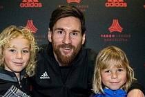 Talent fotbalové Barcelony Michal Zuk (vlevo) se svým bratrem a Lionelem Messim.