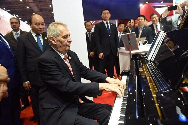 Šanghaj, mezinárodní veletrh. Jako přivítání na národním stánku Česka zahrál Zeman čínskému prezidentovi Si Ťin-pchingovi a dalším zahraničním protějškům na piano svou nejoblíbenější píseň - Sentimental Journey.