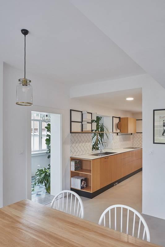 Kuchyně a jídelna tvoří společný prostor v přízemí.