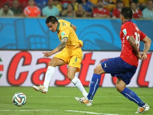 Tim Cahill z Austrálie (vlevo) pálí proti Chile.