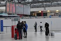Cestující v rouškách na letišti v Praze
