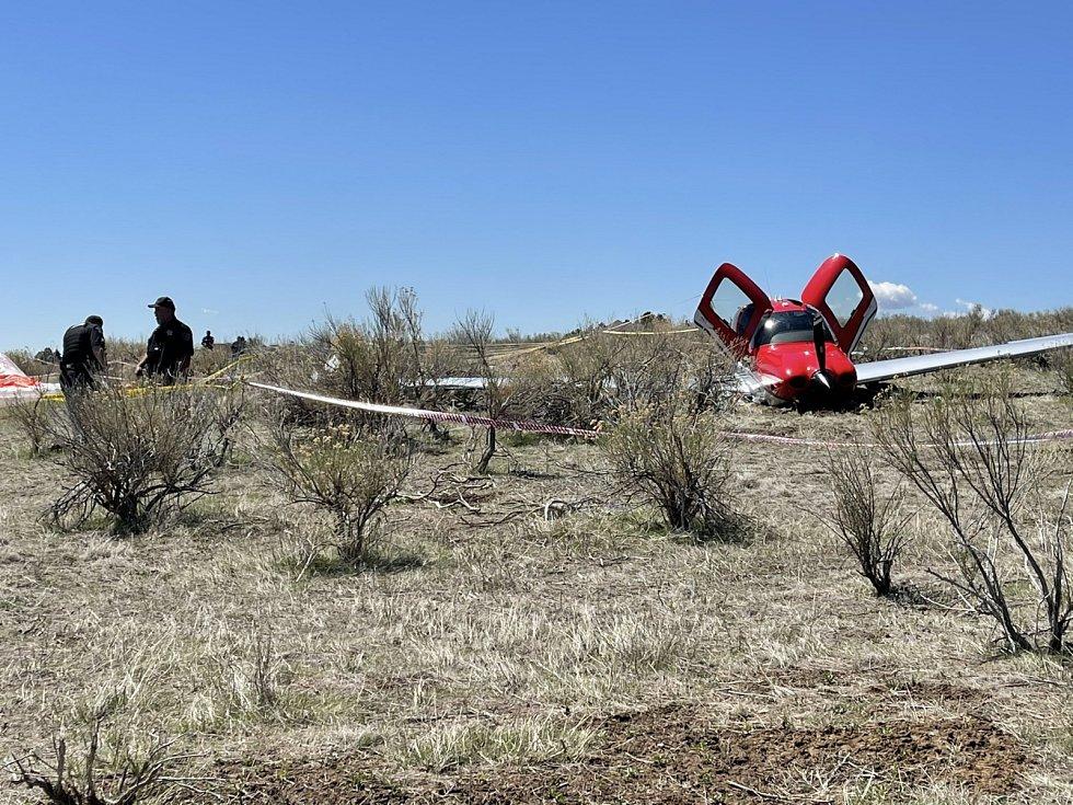 Pilot a jeho společník s letounem pomocí padáku bezpečně přistáli.
