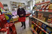 Důchodkyně v obchodě. Ilustrační snímek