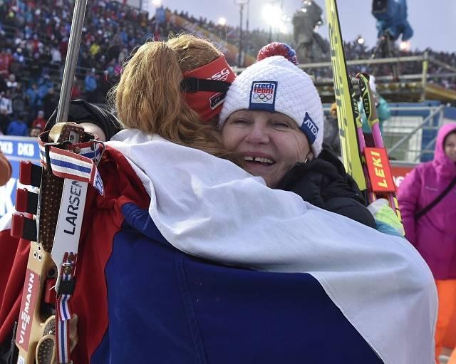 Závody SP v biatlonu, 18. prosince v Novém Městě na Moravě. Závod s hromadným startem na 12,5 km žen. Vítězka Gabriela Koukalová z ČR (zády) s maminkou Gabrielou Soukalovou.
