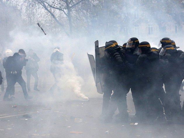 Policie dnes v Paříži rázně zakročila proti stovkám narušitelů pořádku v rámci pouličních akcí k nadcházejícímu klimatickému summitu OSN ve francouzské metropoli.