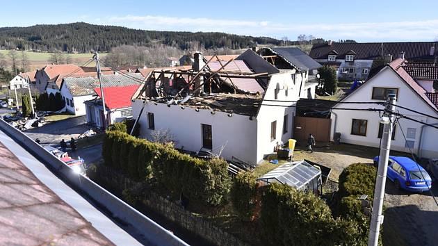 Hasiči zasahovali 10. února 2020 v Rohozné na Jihlavsku, kde silný vítr způsobil rozsáhlé škody na střechách několika domů