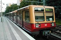Vlak S-Bahn linky S41 ve stanici Prenzlauer Allee.