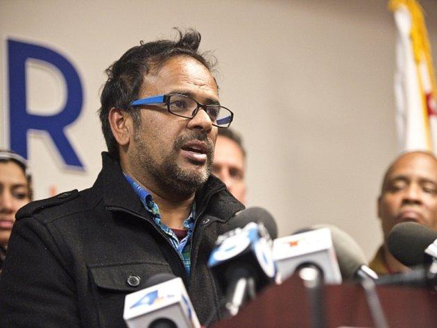 Švagr střelce Farhan Khan na tiskové konferenci.