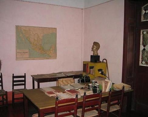 Trockého poslední pracovna, v níž byl v srpnu 1940 zavražděn cepínem