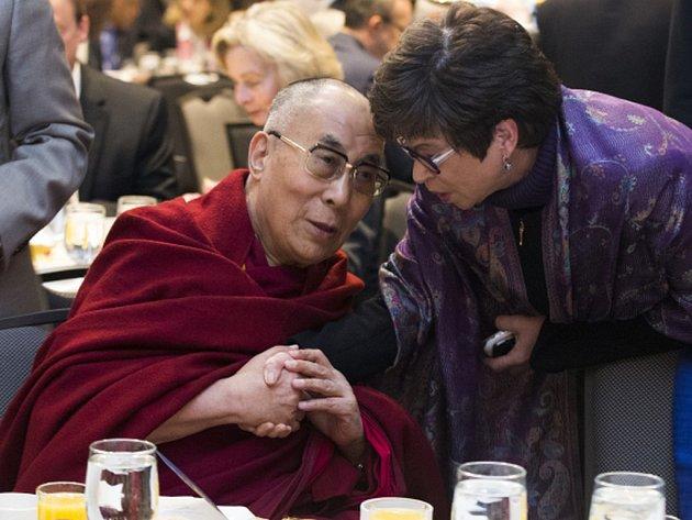 Tibetský duchovní vůdce se v metropoli Spojených států zúčastnil každoroční ranní modlitby, na kterou přišel i americký prezident Barack Obama.