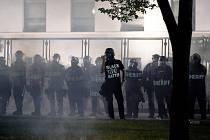 Policisté dohlížející na demonstraci ve městě Kenosha v americkém Wisconsinu, 25. srpna 2020