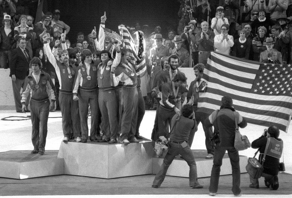 Zázrak na ledě. Ve finále zimních olympijských her zvítězil tým USA proti Sovětskému svazu.