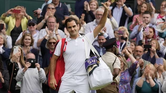 Roger Federer po vyřazení mává fanouškům.