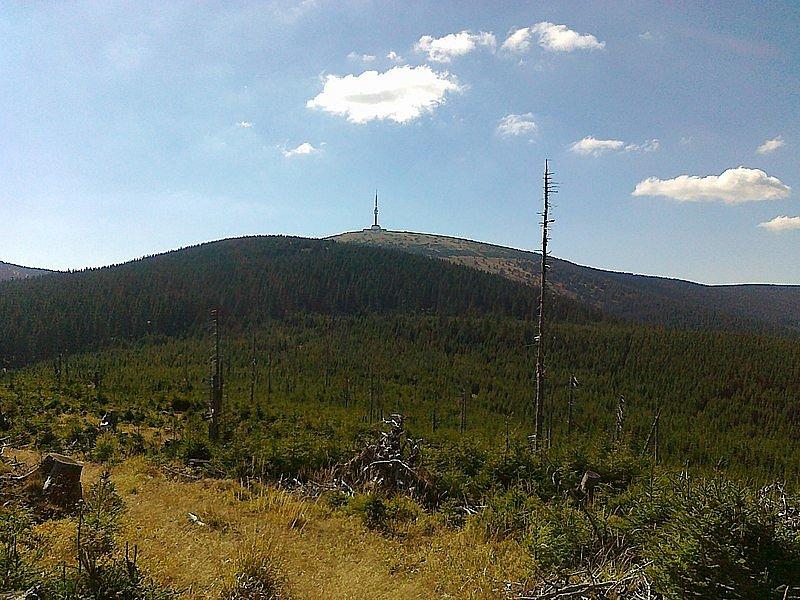 Praděd. Nejvyšší hora Jeseníků i Moravy měří 1491 metrů. Na jejím vrcholu stojí rozhledna a vysílač, jehož horní plošina je nejvýše položeným pevným bodem České republiky.