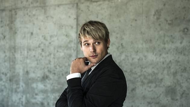 Skladatel a zpěvák David Deyl.