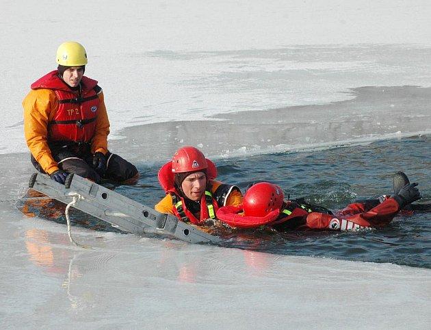Třídenní cvičení na záchranu tonoucího na zamrzlém rybníku v Proboštově si vyzkoušeli tepličtí hasiči.