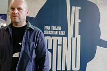 Režisér David Ondříček se svou retro noir detektivkou Ve stínu bodoval.