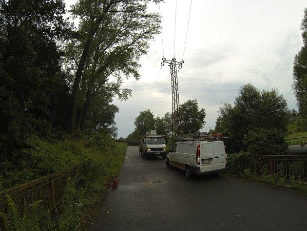 Mezi Havířovem a Šenovem vyvrátil vítr strom, který strhl elektrické vedení. Na místě zasahovali hasiči a energetici.
