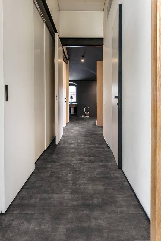 """V interiérech se v poslední době prosazují """"kamenné"""" podlahy, tedy podlahy s minerálním jádrem, kterým je drcené kamenivo. Říká se jim rigidy a nahrazují klasické vinyly."""