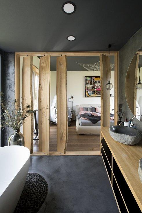 Přirozená struktura dřeva, odstíny šedých, hnědých tónů a bílé, přechází z exteriéru i do interiéru domu.