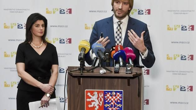 Ministr zdravotnictví Adam Vojtěch a zastupující ředitelka Státního ústavu pro kontrolu léčiv (SÚKL) Irena Storová.