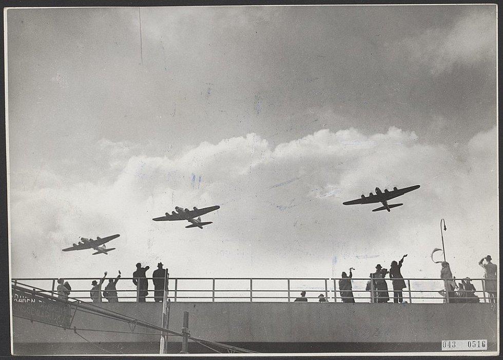Z bombardérů prolétajících 29. dubna 1945 nad Nizozemskem nepršela zkáza, ale záchrana. Namísto bomb se k zemi snášelo jídlo
