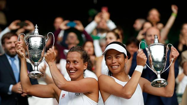 Barbora Strýcová slaví vítězství na Wimbledonu. Na snímku s parťačkou Sie Šu-wej.