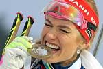 Gabriela Koukalová se zlatou medailí ze závodu s hromadným startem z SP v Novém Městě na Moravě.