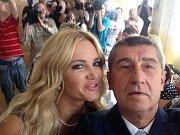 Odvoleno. V ANO jsme vyhlásili soutěž Přitáhni parťáka tak jsem přitáhl toho svého. Selfie Monika Babišová a Andrej Babiš