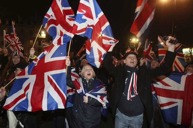Příznivci brexitu mávali britskými vlajkami…