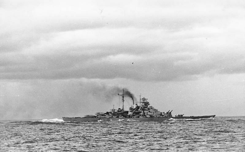 Vůbec první bitva čekala loď Bismarck v Dánském průlivu. Tehdy úspěšně potopila britský křižník Hood. I Bismarck ale byl poškozen. Takhle jej zachytil fotograf z lodi Prinz Eugen.