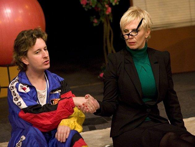 V komedii Otylka hraje Petr Jablonský s Kateřinou Kornovou.