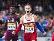Čtvrtkař Pavel Maslák se raduje ze zlata na halovém mistrovství světa v Portlandu.