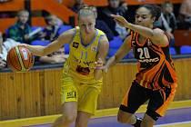 Kateřina Elhotová z USK Praha (vlevo) proti Jekatěrinburgu.