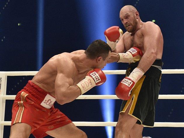 Tyson Fury (vpravo) porazil v bitvě o titul mistra světa těžké váhy Vladimira Klička.