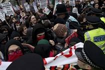 Protestní pochod britských studentů proti zvyšujícím se nákladům na studium