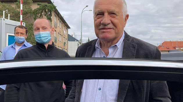 Bývalý prezident Václav Klaus hovoří s novináři před Ústřední vojenskou nemocnicí (ÚVN), kterou 17. září 2021 opustil po několikadenní hospitalizaci kvůli potížím s vysokým krevním tlakem