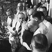 Rok 1951. Evita Perónová v objetí s manželem - argentinským prezidentem Juanem Domingem Perónem