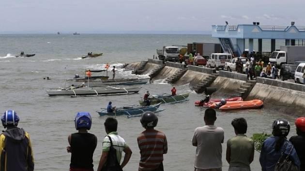 Z potopené filipínské lodi uniká palivo, nedaří se ho zastavit