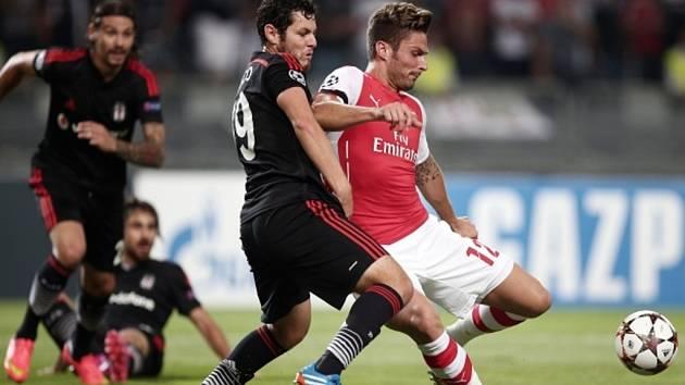 Olivier Giroud z Arsenalu (vpravo) a Pedro Franco z Besiktase Istanbul.