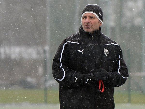 Trenér fotbalistů Plzně Karel Krejčí na tréninku během zimní přípravy.