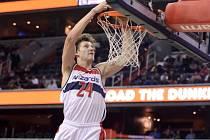 Basketbalista Jan Veselý z Washingtonu se prosazuje proti Minnesotě.